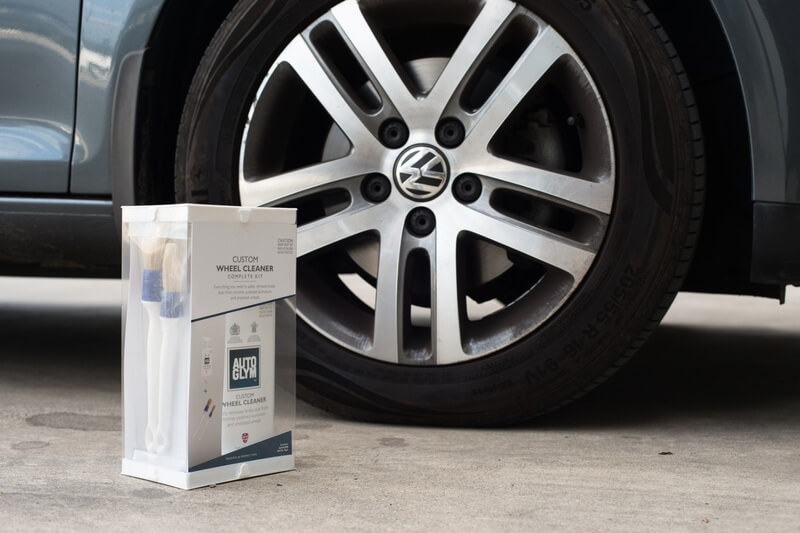 Cleaning car wheels with Autoglym